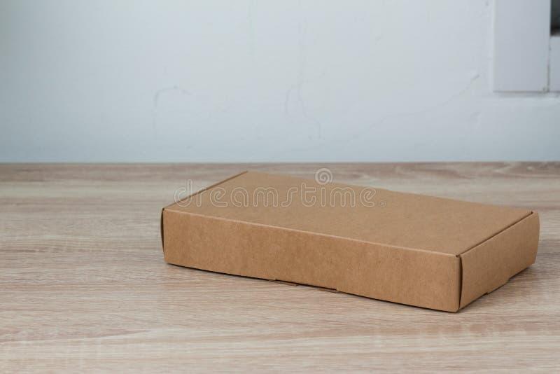 Boîte en carton ou boîte de papier brune sur le fond en bois images stock