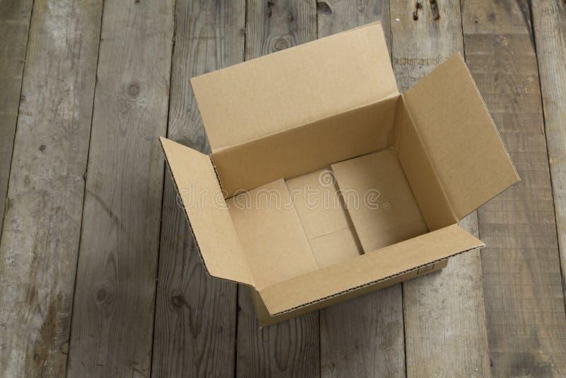 Boîte en carton ouverte sur en bois photos libres de droits