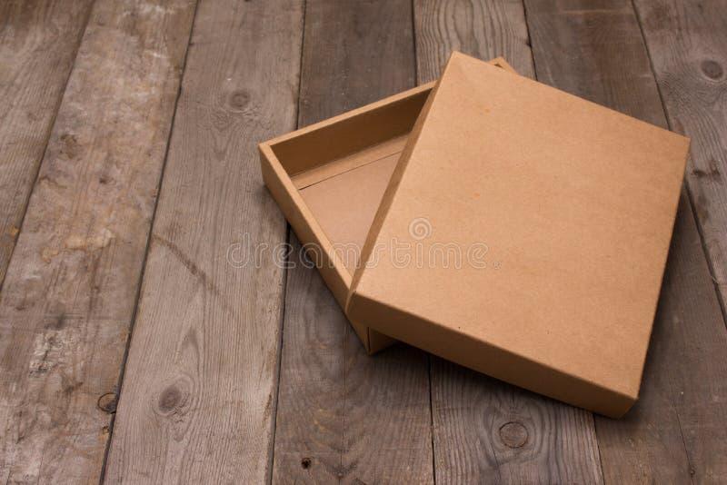 Boîte en carton ouverte sur le fond en bois photos stock