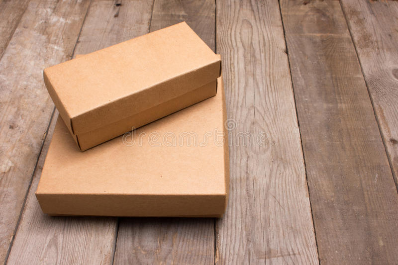 Boîte en carton ouverte sur le fond en bois photo libre de droits