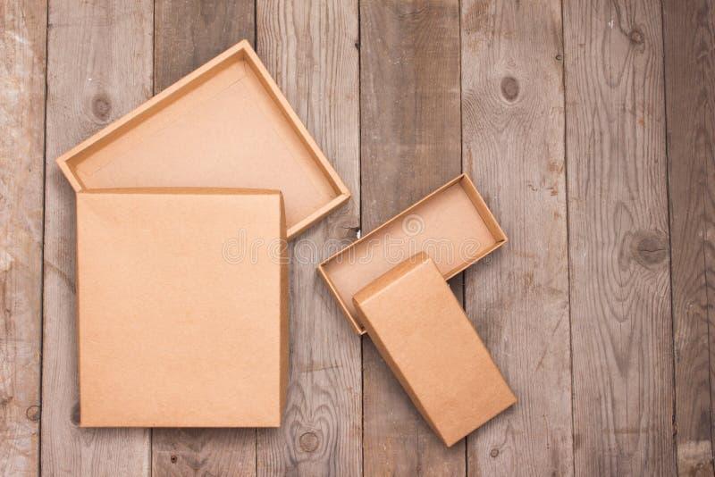 Boîte en carton ouverte sur le fond en bois image stock