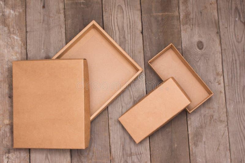 Boîte en carton ouverte sur le fond en bois photographie stock