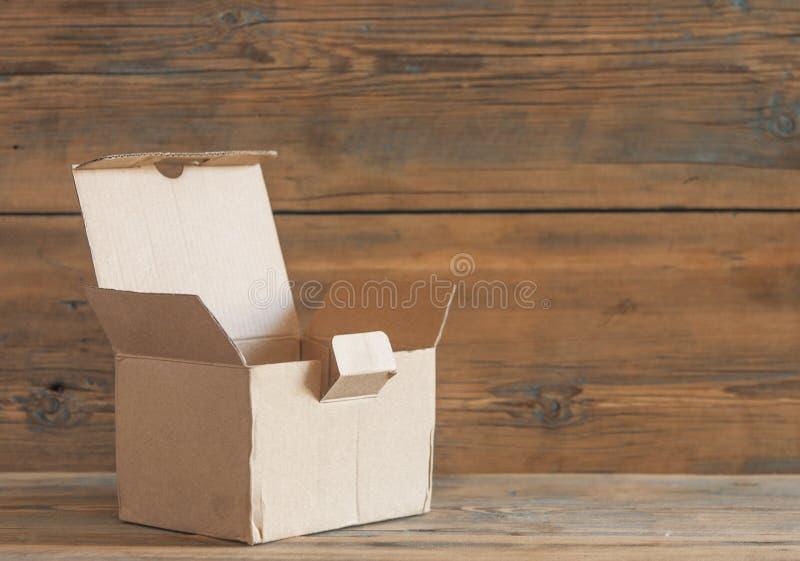 Boîte en carton sur un fond en bois images libres de droits