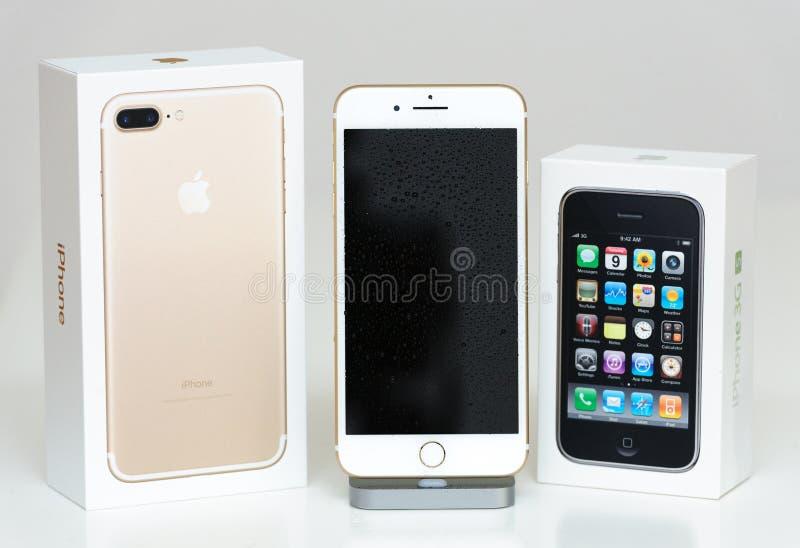 Boîte en carton unboxing d'Iphone 3gs et d'iphone 7 images stock