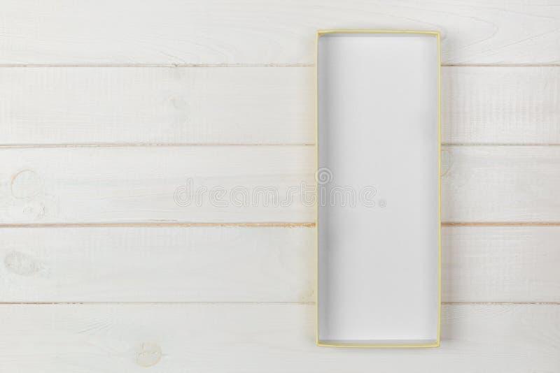 Boîte en carton vide ouverte avec la couverture sur le fond en bois blanc Vue supérieure avec l'espace de copie images libres de droits