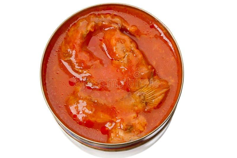 Boîte en fer blanc avec des poissons en sauce tomate photographie stock libre de droits