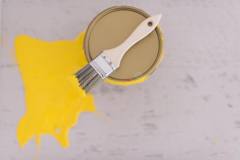 Download Boîte En Fer Blanc De Peinture Jaune Avec La Brosse Sur Le Dessus Photo stock - Image du conception, peinture: 87708490