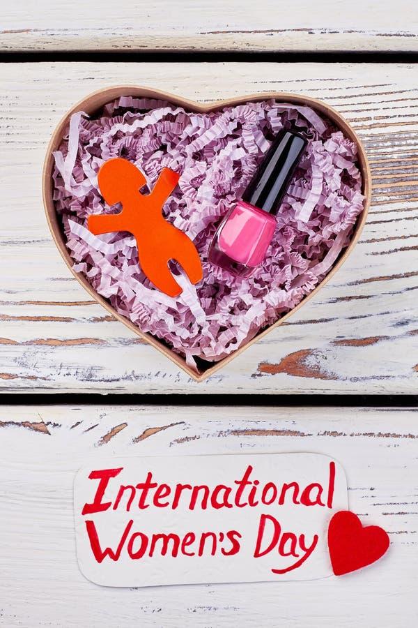 Boîte en forme de coeur et salutation photos stock