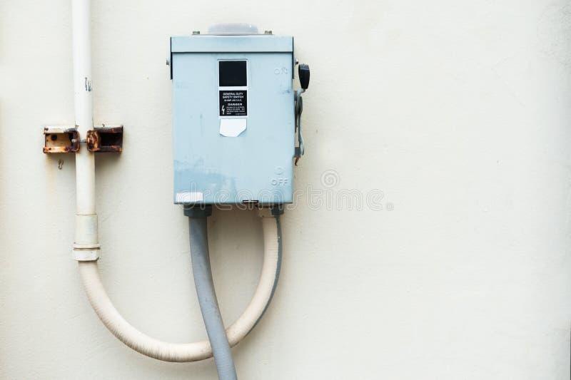 Boîte extérieure électrique de fusible dans la lumière molle image stock