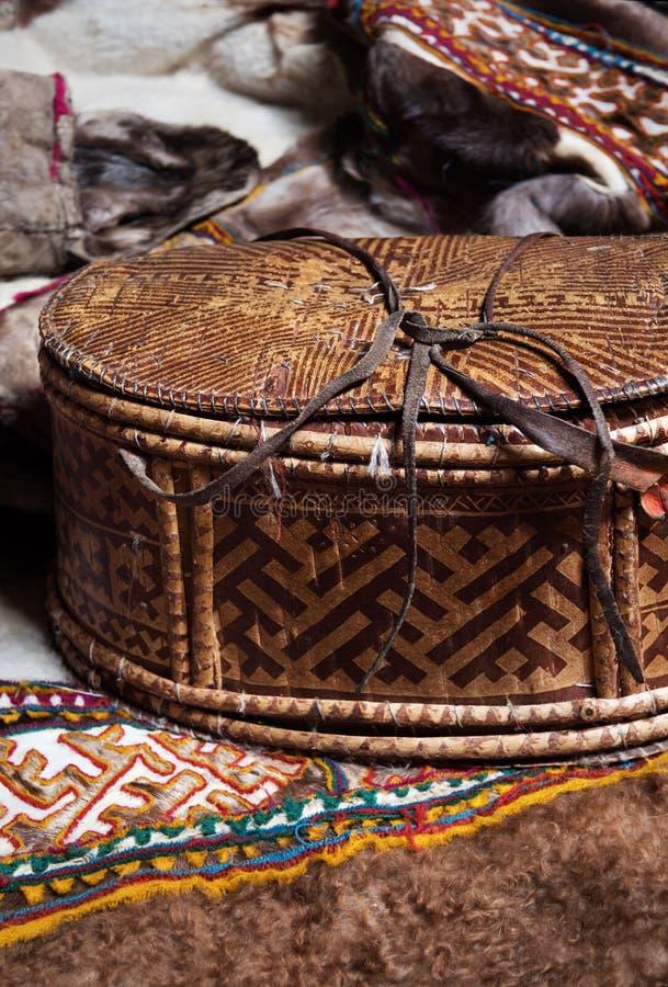 Boîte faite main d'écorce de bouleau Produits de la tribu nomade du Nenets photographie stock