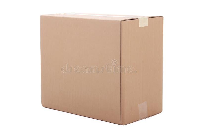Boîte fermée de carton d'isolement sur le blanc photographie stock