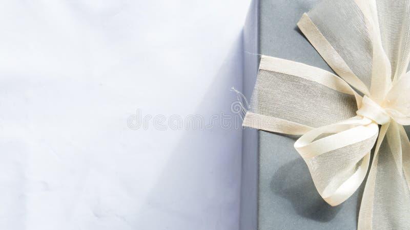 Boîte heureuse de cadeau pour la surprise sur le fond blanc de couleur images stock