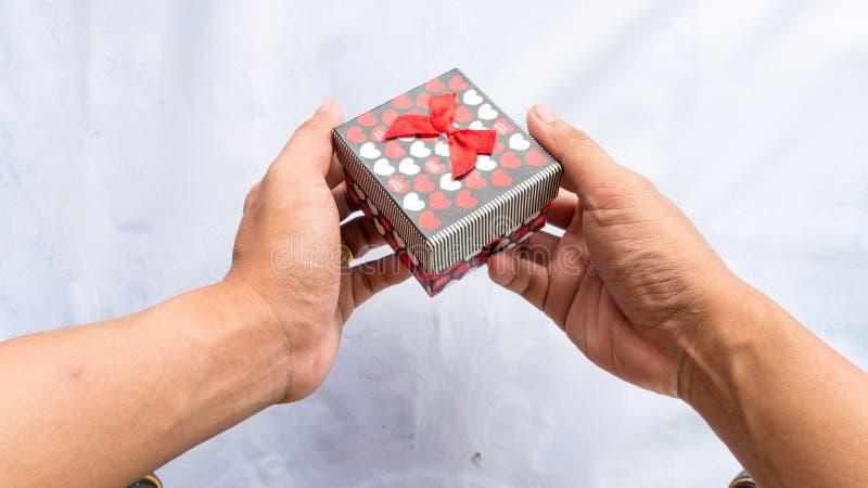 Boîte heureuse de cadeau pour la surprise sur le fond blanc de couleur photo stock
