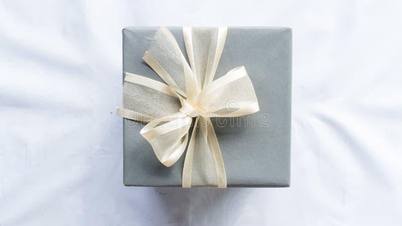 Boîte heureuse de cadeau pour la surprise sur le fond blanc de couleur photos libres de droits