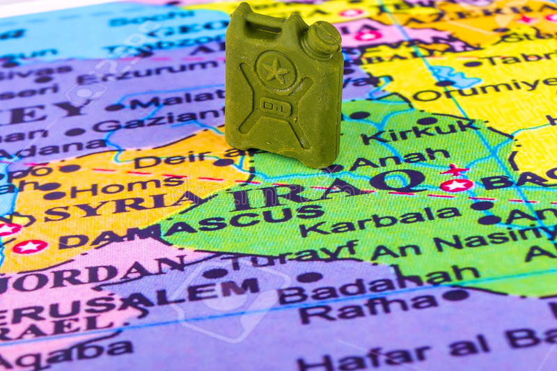 Boîte métallique avec l'essence sur la carte de l'Irak et de la Syrie images libres de droits
