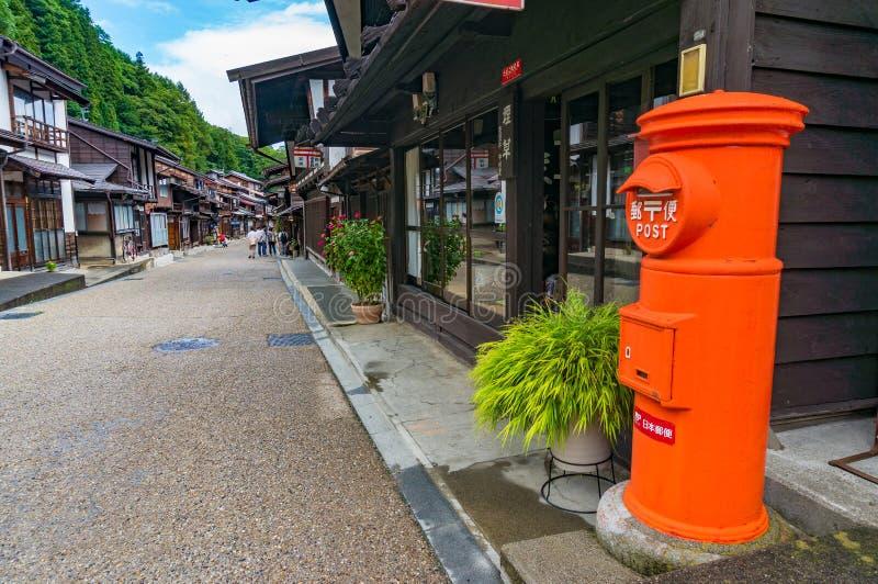 Boîte orange lumineuse de poteau de Japan Post sur la rue de Narai Vallée de Kiso photo libre de droits