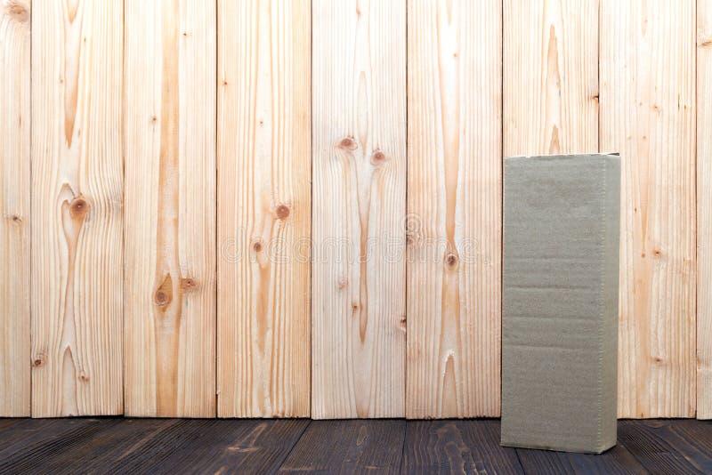 Boîte ou plateau en carton vide de brun de paquet sur le fond en bois, faux pour le long article image libre de droits