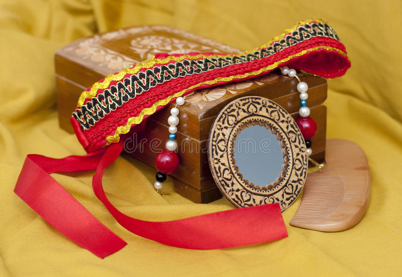 Boîte pour des bijoux avec le kokoshnik, le miroir et le peigne photo libre de droits