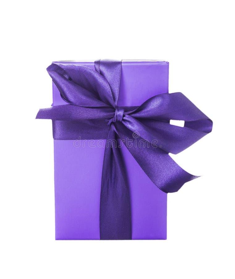 Boîte pourpre de papier cadeau avec l'arc en soie, d'isolement photo stock
