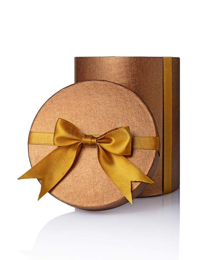 Boîte ronde ouverte brillante classique en bronze de chapeau de cadeau avec l'arc d'or de satin images stock