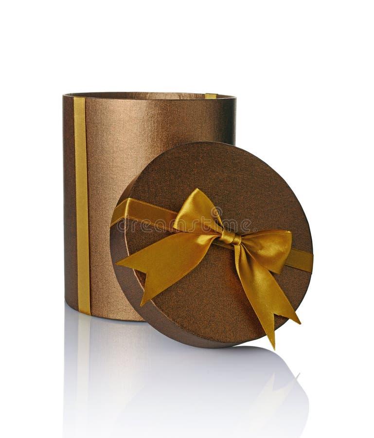 Boîte ronde ouverte brillante classique en bronze de chapeau de cadeau avec l'arc d'or de satin photos libres de droits