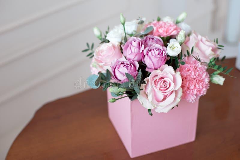 Boîte rose carrée de fleur avec Rose fraîche images stock