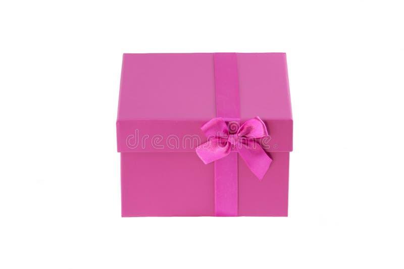 Boîte rose intéressante pour le cadeau sur le fond blanc photos stock