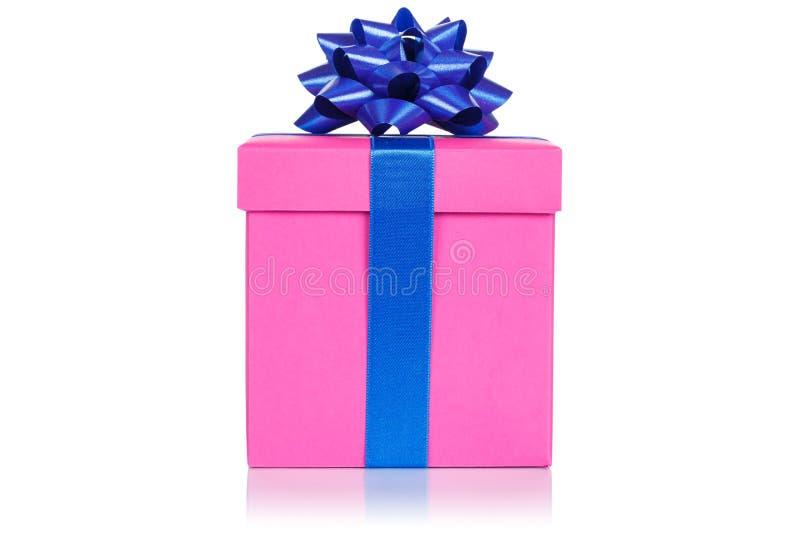 Boîte rose l'épousant actuelle de cadeau d'anniversaire de Noël d'isolement sur le fond blanc images libres de droits