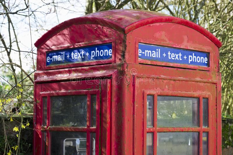 Boîte rouge de cabine téléphonique pour communication des textes et de téléphone d'email la rétro image libre de droits
