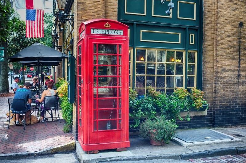 Boîte rouge de téléphone dans le centre ville images libres de droits