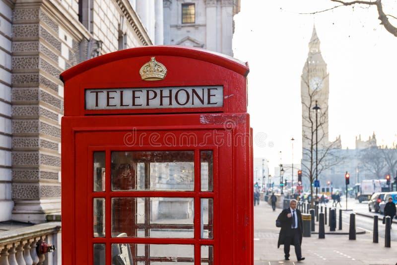 Boîte rouge traditionnelle de téléphone de Londres et grand Ben dans le début de la matinée photo libre de droits