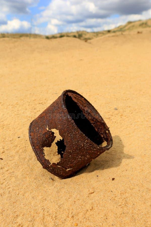 Boîte rouillée cassée sur le sable photos stock
