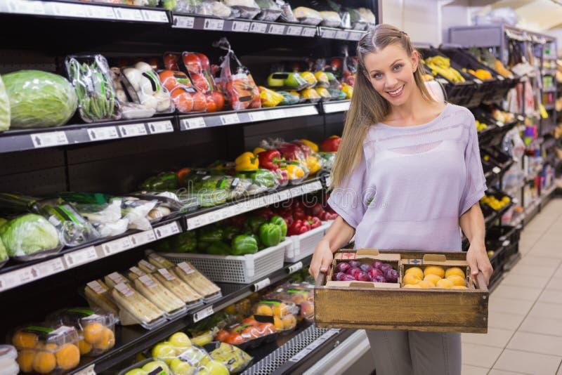Download Boîte Se Tenante Assez Blonde De Légume Photo stock - Image du achats, supermarché: 56489408