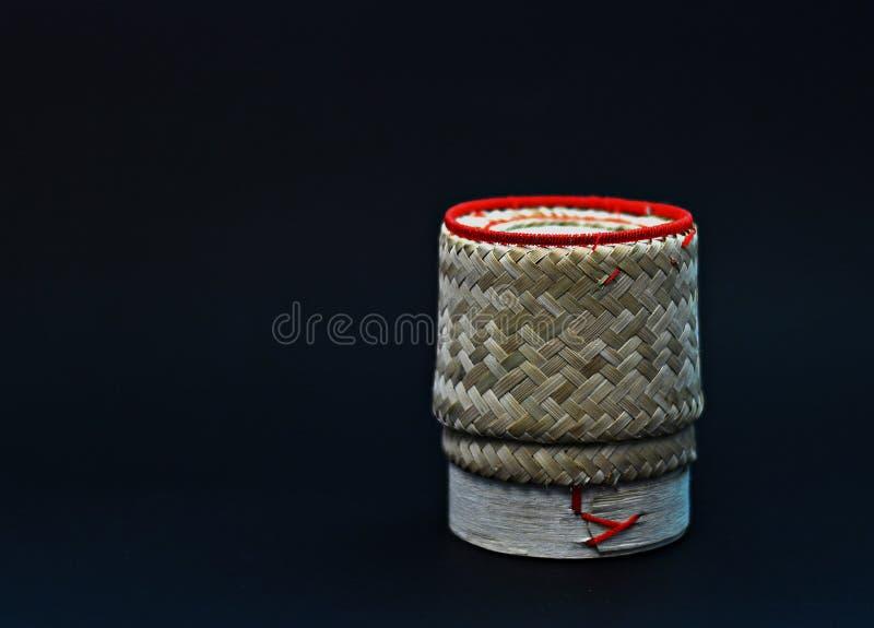 Boîte visqueuse à riz sur le fond noir photographie stock libre de droits