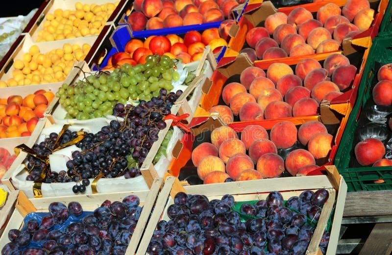 boîtes à fruit à vendre sur le marché de fruits et légumes photos libres de droits