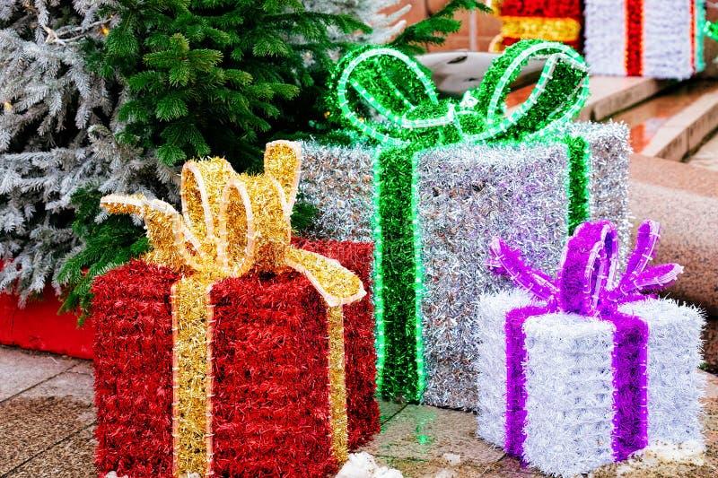 Boîtes actuelles au marché de Noël chez Kaiser Wilhelm Memorial Church en hiver Berlin, Allemagne Advent Fair Decoration et stall photo libre de droits