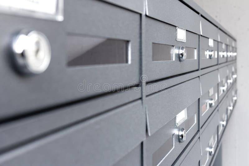 Boîtes aux lettres de condominium photographie stock libre de droits
