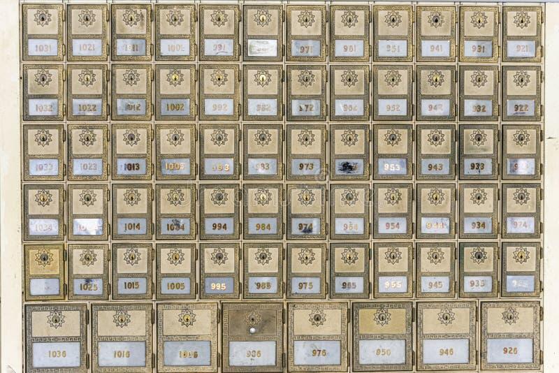 Boîtes aux lettres en laiton de bureau de poste de conception de la moitié du siècle image libre de droits