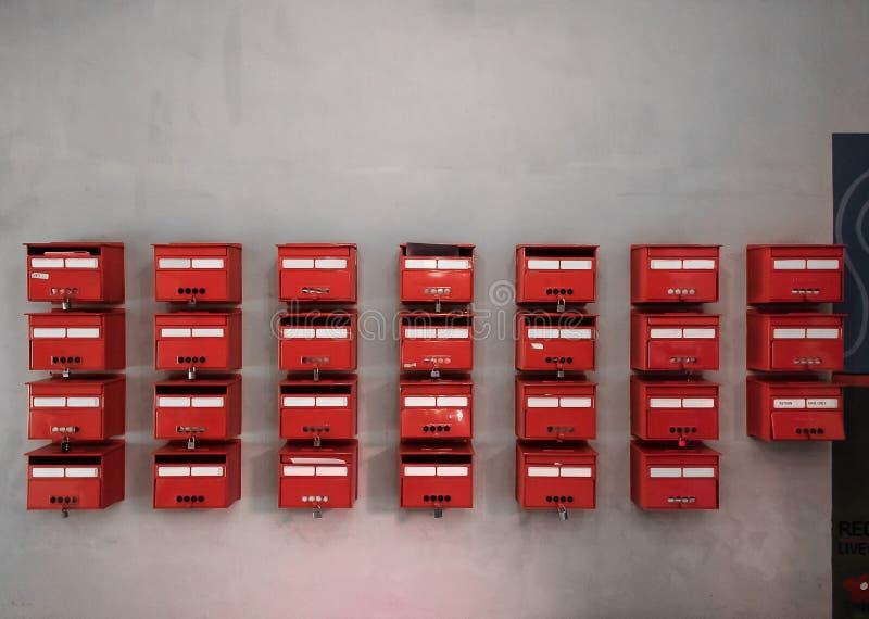Boîtes aux lettres rouges photographie stock libre de droits