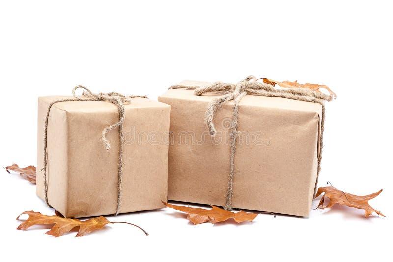 Boîtes avec des cadeaux et des feuilles d'automne photo stock