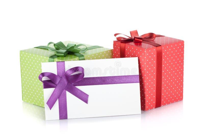 Boîtes-cadeau et lettre colorées avec la bande et la proue photo stock