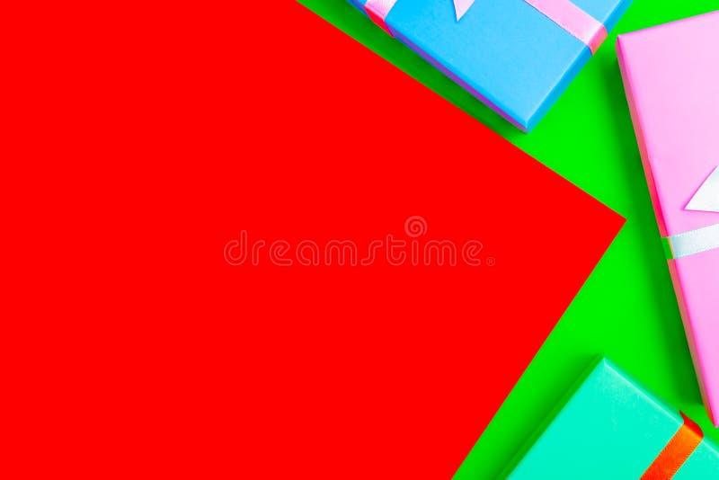 Boîtes colorées avec rubans sur fond coloré vue d'en haut images stock