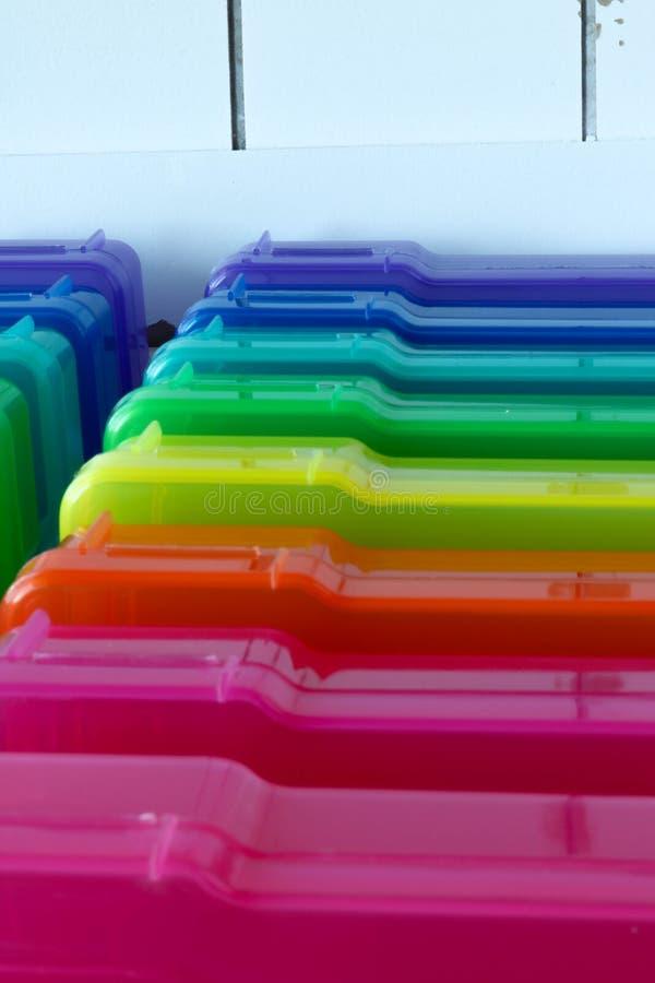 Boîtes colorées d'arc-en-ciel pour l'organisation photographie stock