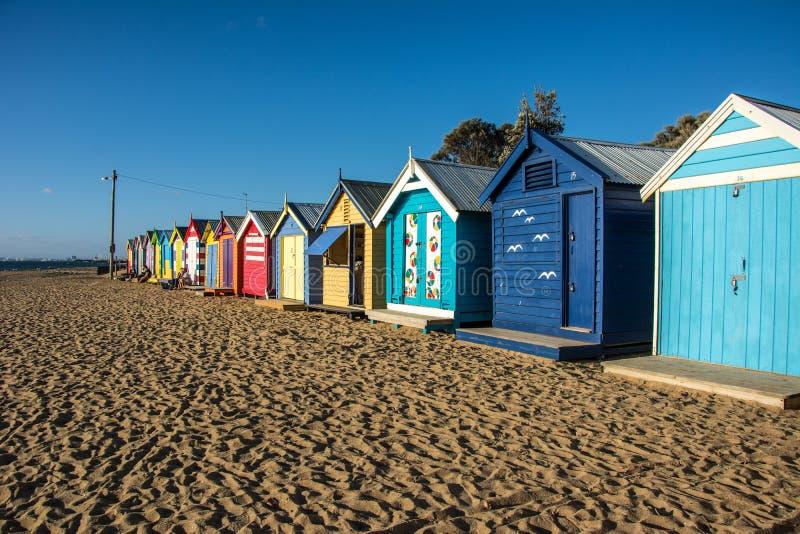 Boîtes colorées de plage et de se baigner sur le sable images libres de droits