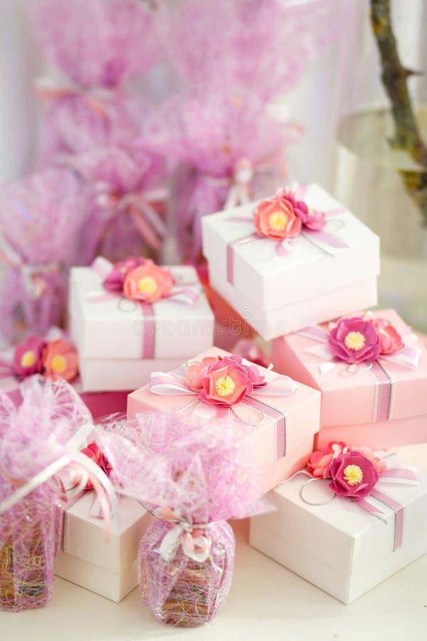 Boîtes de cadeaux pour des invités dans la couleur rose avec le ruban photographie stock libre de droits