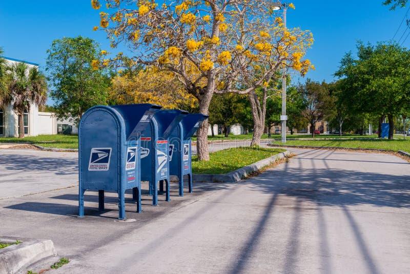 Boîtes de courrier d'USPS le long de la route dans la ville la Floride Etats-Unis de la Floride photos libres de droits