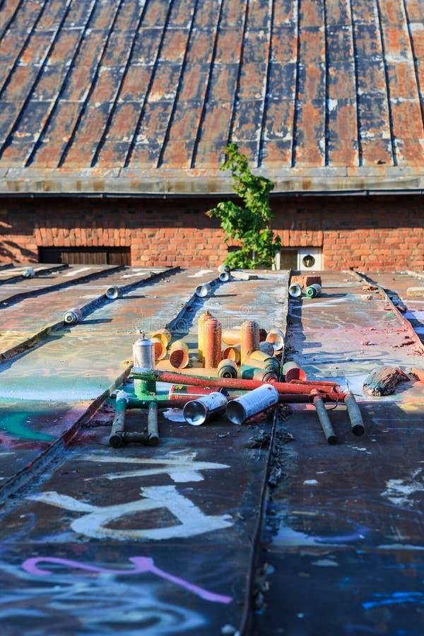 Download Boîtes De Jet Utilisées De Graffiti S'étendant Autour Photo stock - Image du aérosol, artistique: 56486814