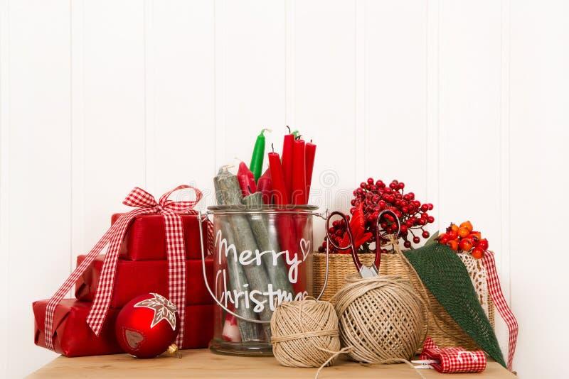 Boîtes de Noël faites main en rouge avec les ustensiles créatifs pour le décor photo libre de droits
