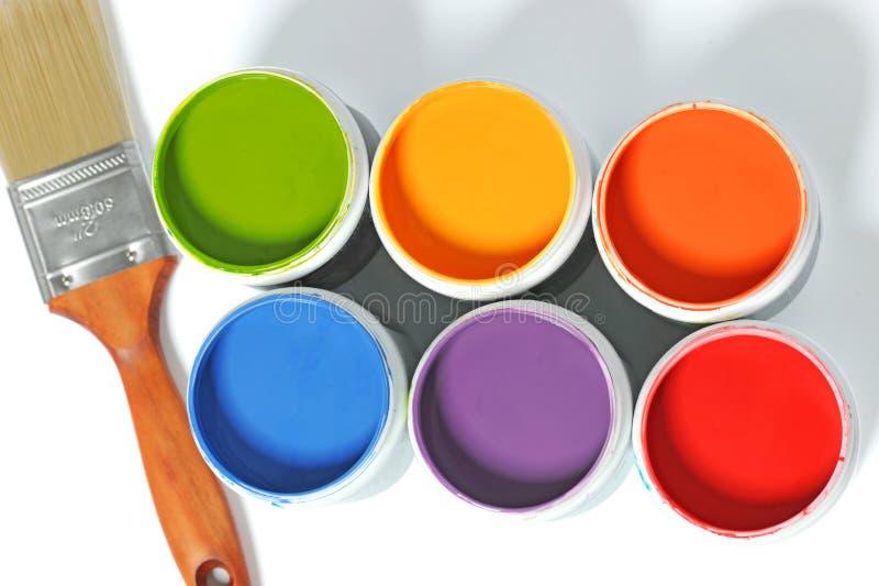 Boîtes de peinture avec le pinceau photographie stock