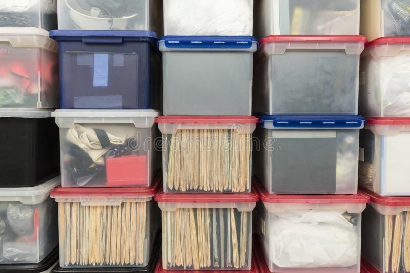 Boîtes de rangement en plastique empilées image stock